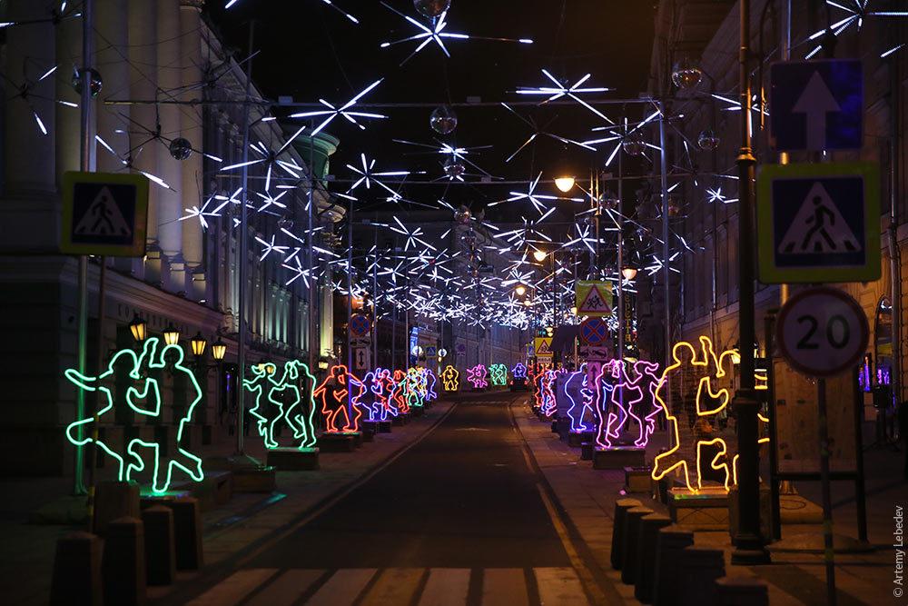 Украшение сцены на площади на новый год