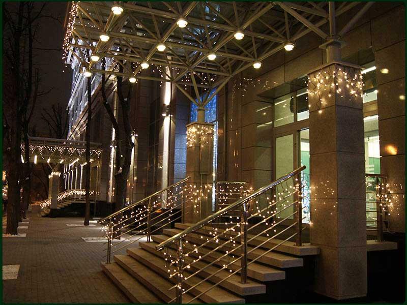Новогоднее оформление гирляндами фасадов и входов в здания