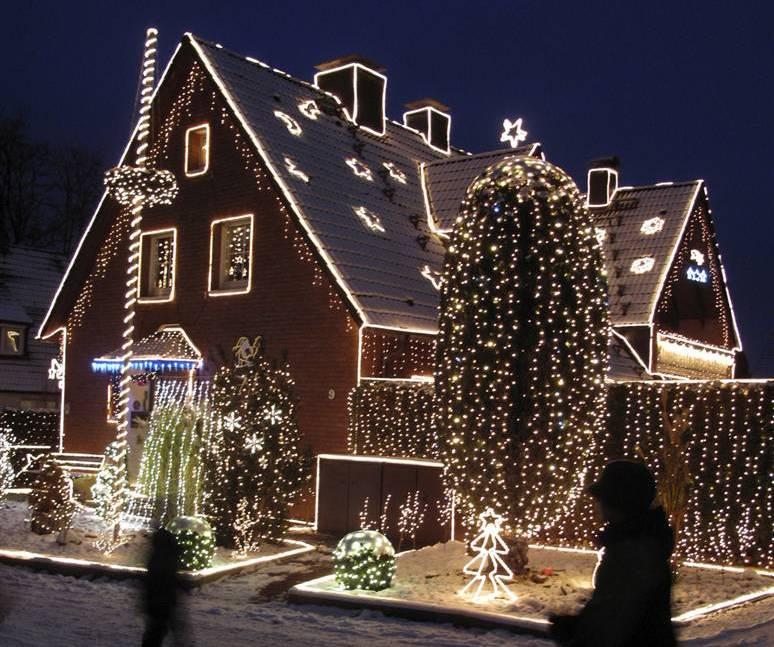 Идеи новогоднего украшения фасада дома